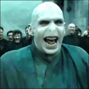Comment réagit Mrs Weasley lorsque les jumeaux Weasley lui demandent si Harry se souvient de la tête de Voldemort ?