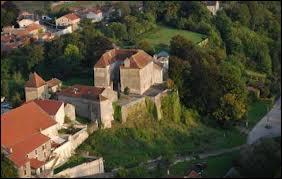 Voici, vu du ciel, le château de Jaulny (Lorraine). Pour le voir, il faut se rendre dans le département n° ...