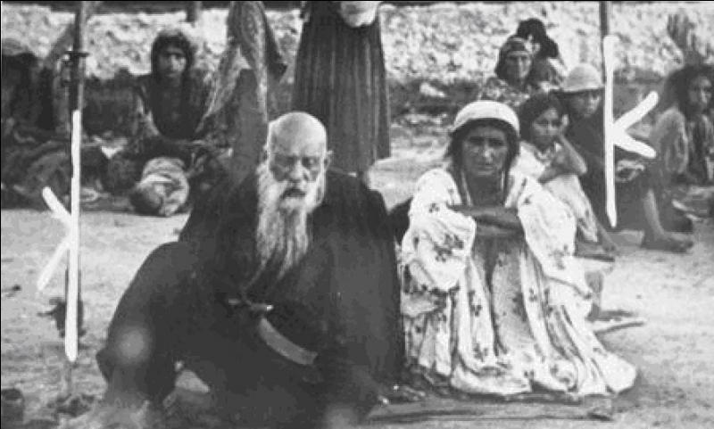 Pendant ce temps en Europe, les nazis s'attaquent à deux ethnies (parmi d'autres) installées en Europe.Quelles sont ces ethnies ?