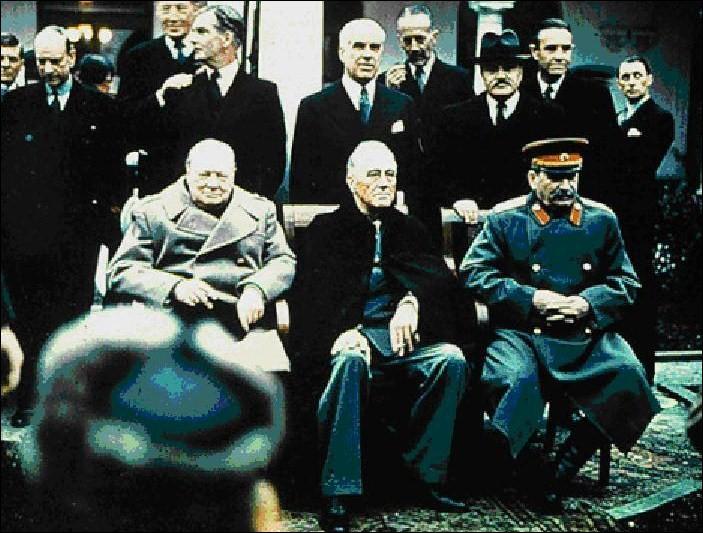 Voici une photo bien connue.Pouvez-vous nommer ces trois personnes assises (de gauche à droite) ?