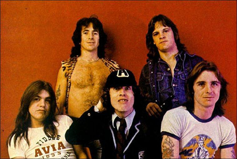 Quel groupe de rock australo-britannique est formé à Sydney en 1973 par les frères Angus et Malcolm Young ?