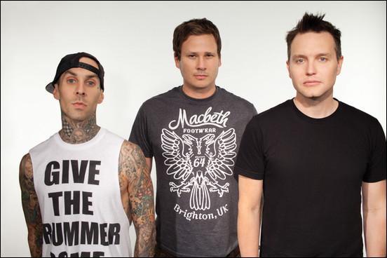 Quel groupe est formé par le chanteur/guitariste Tom DeLonge, le chanteur/bassiste Mark Hoppus et le batteur Travis Barker ?