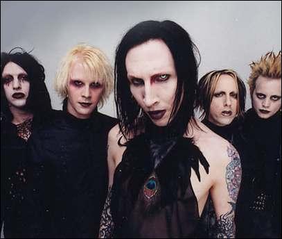 Quel chanteur est mondialement connu pour être le leader du groupe de metal qui porte son nom ?