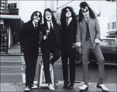 Quel groupe est considéré comme l'un des plus grands groupes de hard rock et également comme le précurseur du glam metal, un genre très populaire durant les années 1980 ?