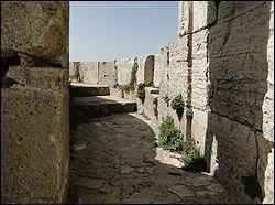 Où se situaient les chemins de ronde, dans les châteaux-forts du Moyen-Age ?