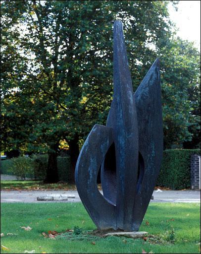 C'est une technique de sculpture en trois dimensions, qui n'est pas attachée à un fond mais posée sur un socle, on l'appelle :