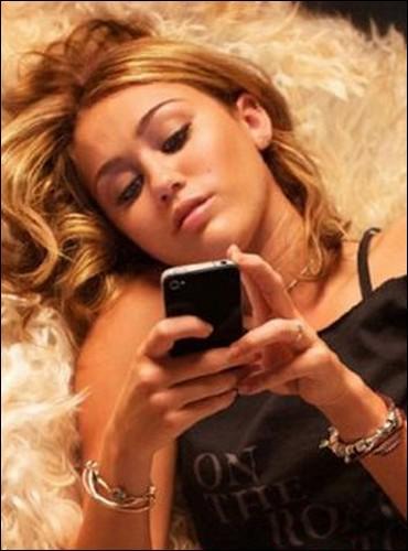 Miley Cyrus a tenu le rôle principal du remake d'une teen comedy française. De quel film s'agit-il ?