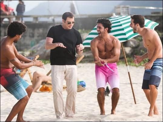 Que fait John Travolta a danser ainsi en plein milieu de beaux garçons sur la plage de Rio ?