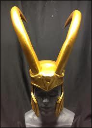 Qui traite Loki de  tête de bouc  dans  Avengers  ?