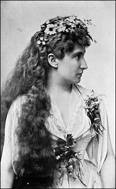 Une très grande cantatrice chanta le rôle au Metropolitan Opera (1886) et à Covent Garden (1902), mais l'histoire a retenu son nom à cause d'un dessert. Qui est cette chanteuse ?