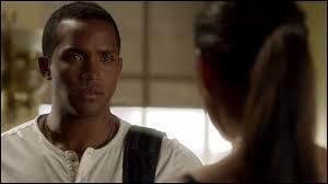 Qui Nate prétend-il être par rapport à Maya ?