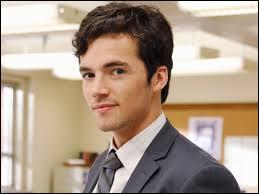 Qui est Ezra par rapport à Spencer ?