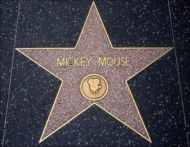 En quelle année, Mickey devient le premier personnage de dessin animé a obtenir une étoile sur le célèbre «Walk of fame» à Hollywood.