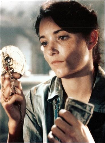 Quel artéfact Marion Ravenwood, le premier amour d'Indiana Jones, a-t-elle en sa possession dans  Les Aventuriers de l'arche perdue  ?