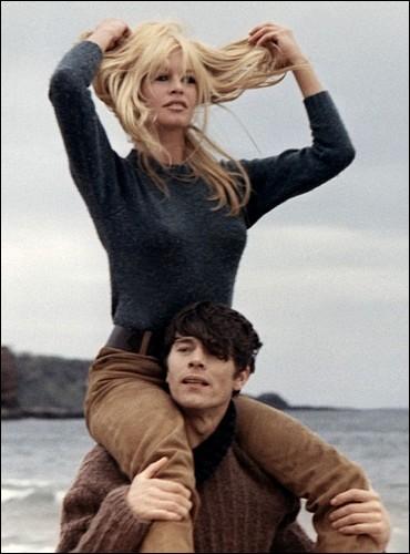 Quel est le titre de ce film avec Brigitte Bardot dans lequel elle est une jeune fille déchirée par son amour entre deux hommes ?