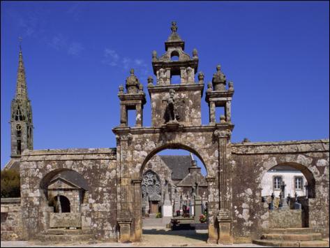 Argol est situé à l'entrée de la presqu'île de Crozon, sur la place de l'église, vous pouvez voir une monumentale statue, que représente-t-elle ?