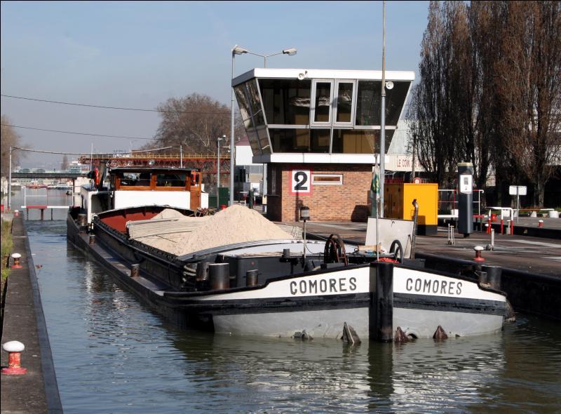 Comment appelle-t-on cette sorte de bateau à fond plat, destiné au transport des marchandises sur les canaux ?