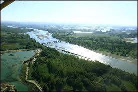 Complétez correctement :  Le plus important fleuve italien par sa longueur et son débit est … qui prend sa source dans les … et se jette dans la mer ...