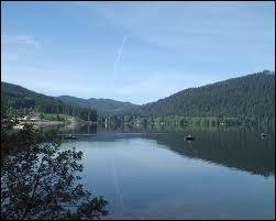 Les lacs de Gérardmer, du Bourget et d'Annecy sont parmi les plus beaux de France. Lequel des trois est illustré ici ?