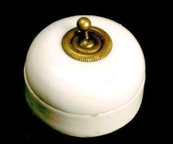En 1919, Legrand s'associe avec un entrepreneur en électricité afin d'optimiser les fours de l'usine et il fournit des interrupteurs.