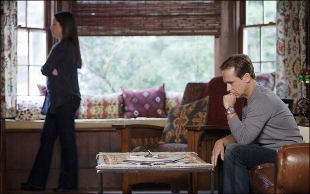 Par qui Ella apprend-elle que son mari la trompe ?