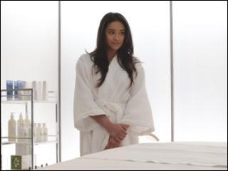 Dans la saison 2, qui a fait un massage à Emily ?
