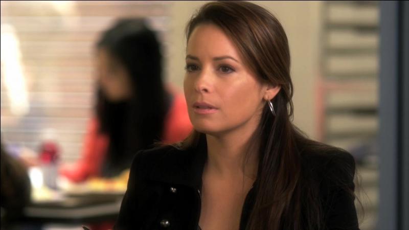 Dans la saison 2, avec qui la mère d'Aria pensait-elle qu'Ezra sortait ?