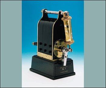 Cet appareil est une petite dynamo, magnéto basse-tension, nécessaire au moteur à explosion.