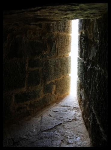 Certains mots tirés du champ lexical des châteaux forts sont plutôt rigolos ! Comment appelle-t-on cette petite ouverture pratiquée dans le mur permettant d'observer l'ennemi ou de jeter des projectiles ?