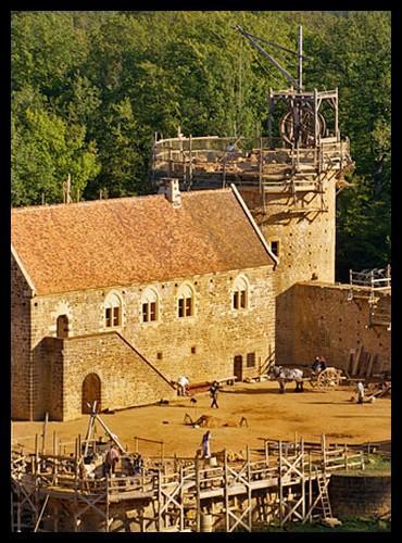 Un château-fort a été construit de nos jours ! Sa construction a commencé en 1997 et est censée durer 20 ans. Connaissez-vous le nom de ce château ?