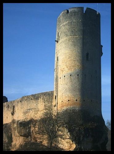 Comment s'appelle la plus haute tour d'un château fort ?