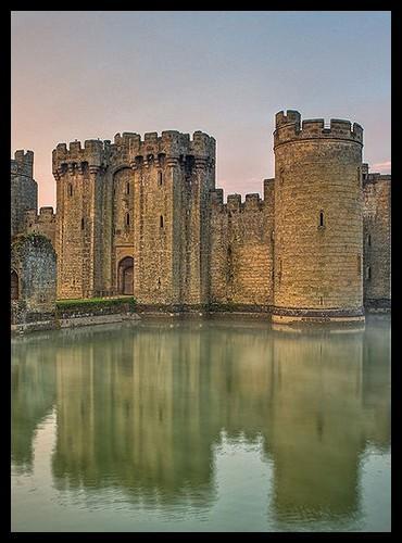 Comment appelle-t-on le fossé qui entoure le château et qui est généralement rempli d'eau ?