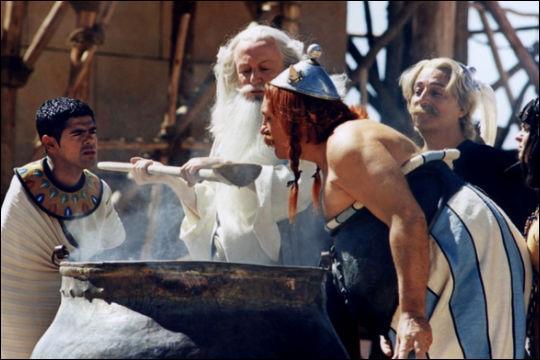 Combien de comédiens ont joué le rôle d'Astérix dans les films du même nom ?