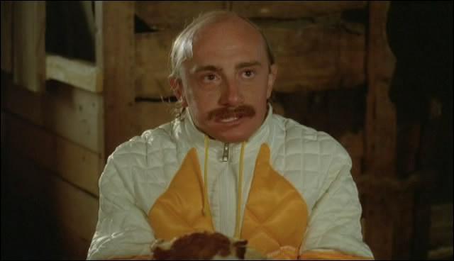 Dans  Les bronzés font du ski , quelle particularité Jean-Claude prétend-il avoir dans le chalet des montagnards ?