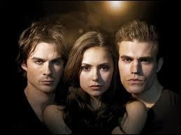 Entre lesquels Elena hésite-t-elle ?
