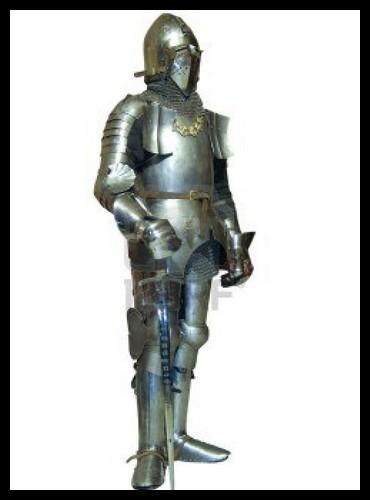 Voici l'équipement du chevalier typique de la fin du XVe siècle : on peut mesurer l'énorme évolution par rapport à la question précédente ! Cette armure protège mieux son porteur, mais a aussi ses défauts... Lequel n'en fait pas partie ?