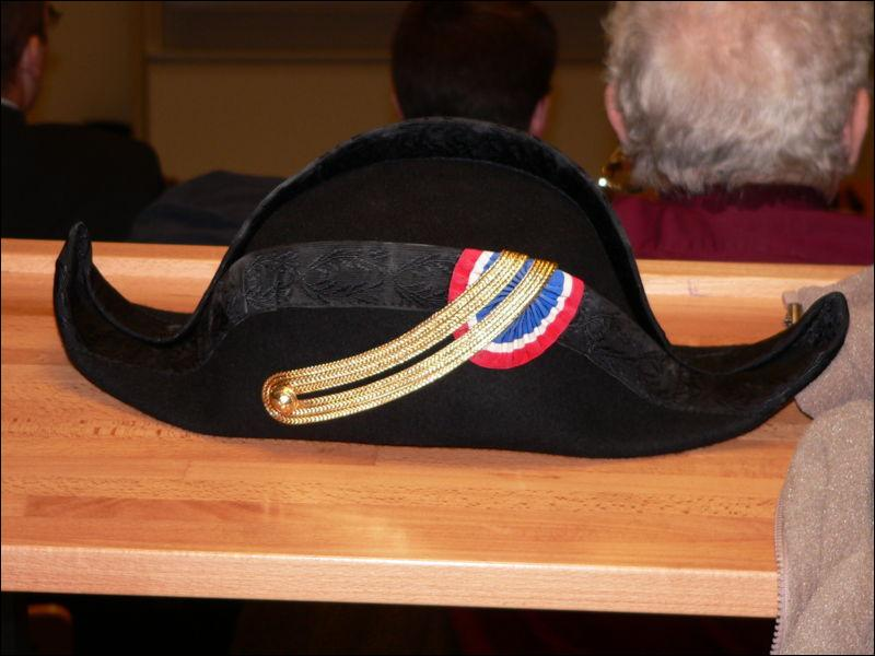 Chapeau en vogue au XVIIIe siècle, c'est initialement un chapeau équestre