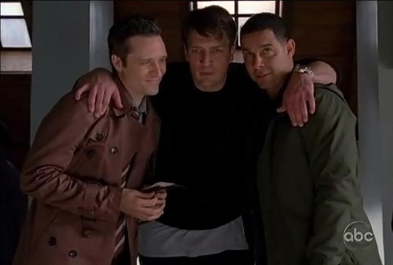Castle s'est très vite intégré à l'équipe que gère Beckett, notamment grâce à son humour et à son imagination. Pour les remercier de leur bon accueil, il leur offre un cadeau. De quoi s'agit-il ?