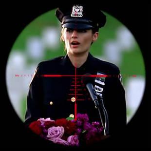 C'est lors de cette occasion officielle, durant laquelle Beckett porte son uniforme, qu'il se passera un événement attendu, lequel ?