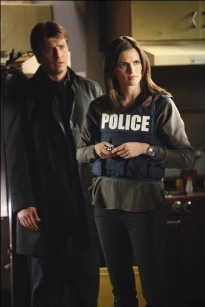 Grâce à son amitié avec le Maire de New-York, Castle obtient le droit de suivre les enquêtes de Beckett pour  l'inspiration . Si les policiers portent un gilet pare-balles portant la mention POLICE, Castle lui... ?