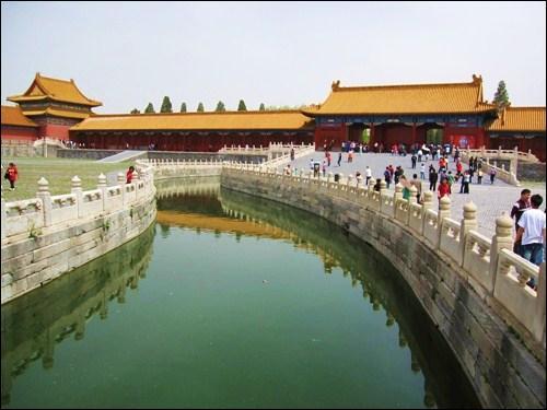 Qui, sous la dynastie des Ming, gagne considérablement de pouvoir à la cour impériale ?