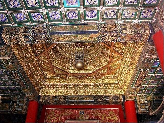 Sous les Ming, la Chine s'ouvre au monde. En 1600, les portugais sont accueillis à Canton. Et sous les Qing, en 1664, les anglais fondent :
