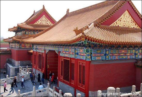 Sous quelle dynastie, au pouvoir de 1368 à 1644, a été construite la Cité interdite dans laquelle l'empereur s'installe avec sa cour ?