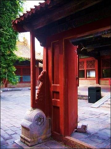 Comment se nomme le roman tragique de Cao Xueqin (1680-1760) dans lequel l'auteur décrit toutes les strates de la société sous la dynastie des Qing ?
