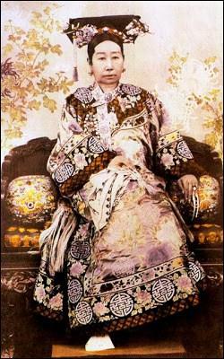 Comment appelle-t-on l'impératrice douairière Tseu-Hi (1835-1908), conservatrice, qui entre 1900 et 1902 dut fuir la Cité interdite ?