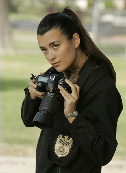 Cette actrice se nomme Cote de Pablo.