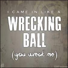 Qui est la chanteuse de «Wrecking Ball» ?