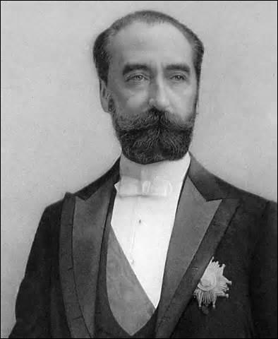 Je nais le 11 août 1837 à Limoges, président de la République élu le 3 décembre 1887, je décède des suites d'un coup de poignard donné par l'anarchiste italien Sante Geronimo Caserio le 24 juin 1894 à Lyon, alors que je quitte, par une issue secondaire pour éviter la foule, lors d'un banquet organisé à la Chambre de commerce, à l'occasion de l'exposition de Lyon, je me nomme ...