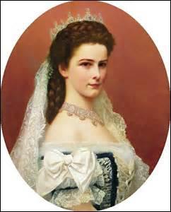 Mon surnom est  Sissi , je nais le 24 décembre 1837 à Munich, duchesse de Bavière, reine de Hongrie et impératrice d'Autriche, souffrant d'anémie, je me trouve en cure à Genève (Suisse) le 10 septembre 1898, lorsqu'à 13h35mn Luigi Luccheni (anarchiste italien) me donne un coup de poignard, ramenée à mon hôtel, j'y décède à 14h40mn, je me nomme ...
