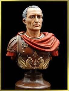 Je nais le 12 ou 13 juillet 100 av. JC et décède le 15 mars 44 av. JC, général, homme politique et écrivain romain, mon destin exceptionnel marqua l'histoire du monde romain et universelle, je me nomme dictateur à vie et suis assassiné peu après par une conspiration de sénateurs, percé de 23 coups de couteau dont le coup ultime fut donné par mon fils Brutus. Qui suis-je ?